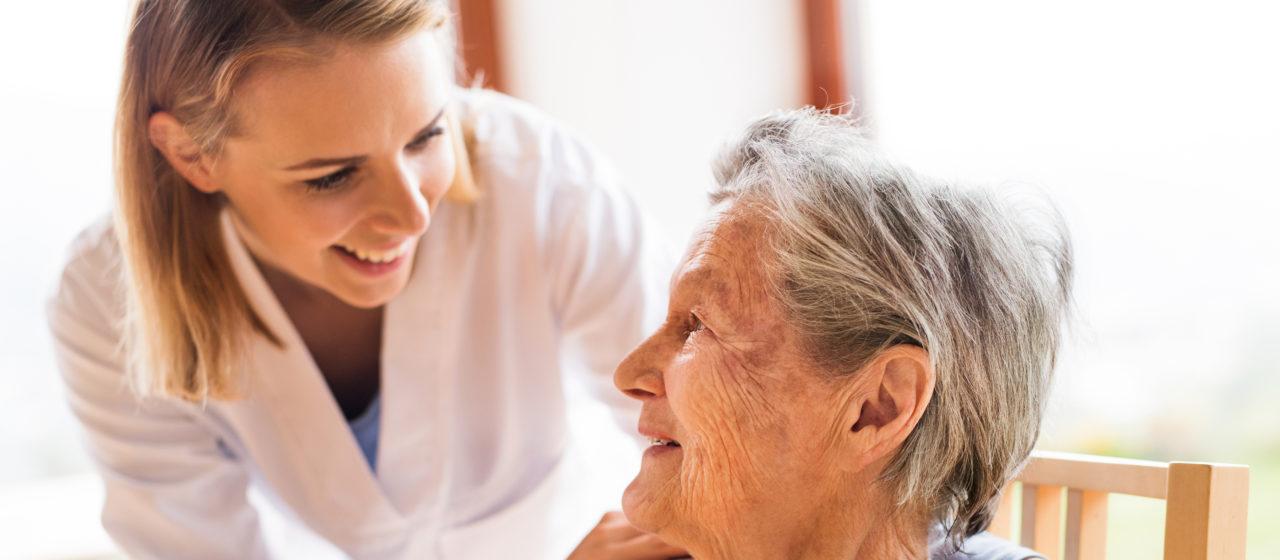 Opiekun osoby chorej na Alzhaimera.