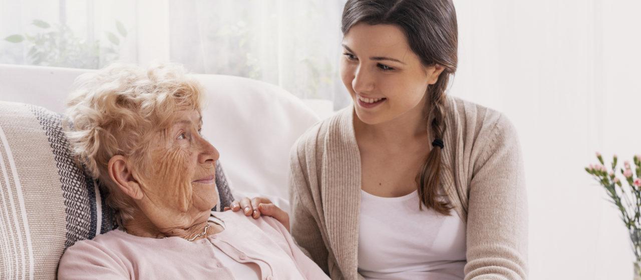Opiekunowie osób chorych na Alzheimera pełnią bardzo ważną rolę.