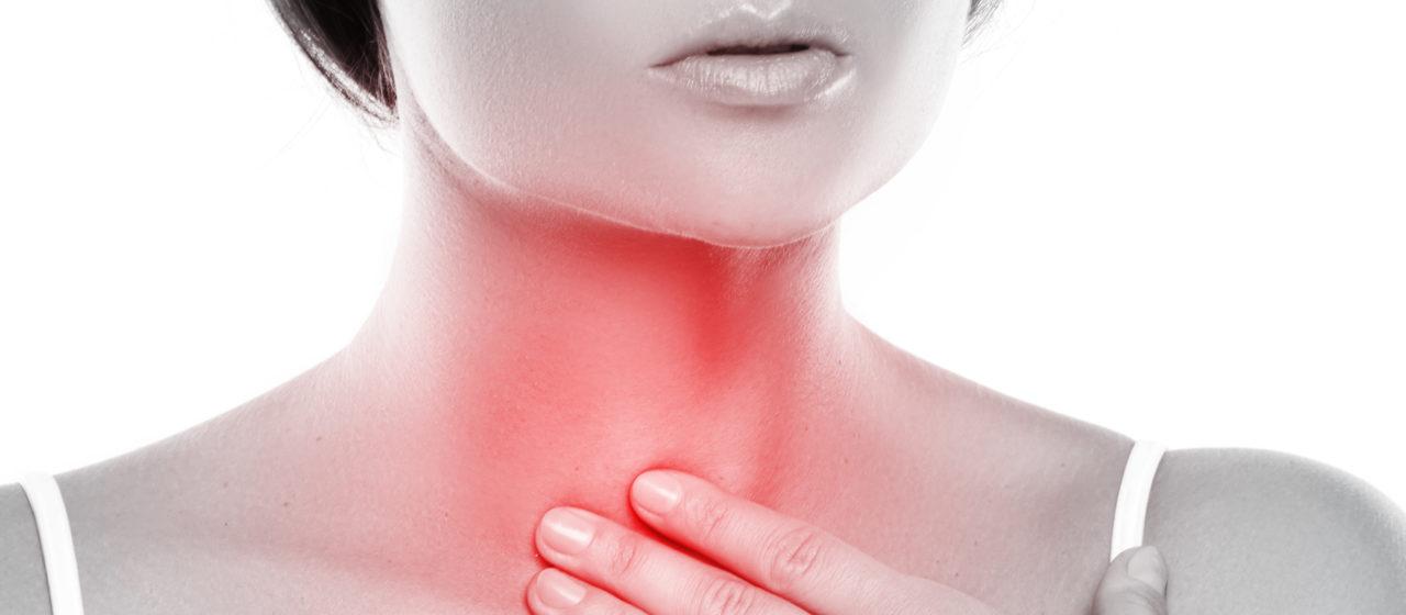 Suchość w jamie ustnej może być spowodowana zmniejszeniem wydzielania śliny.