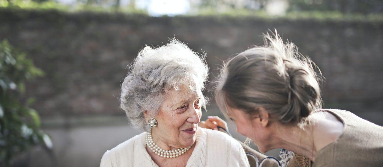 Życie towarzyskie starszych ludzi.